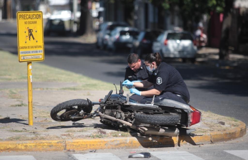 Le robó la moto a una policía y huyó 10 cuadras hasta que la chocó