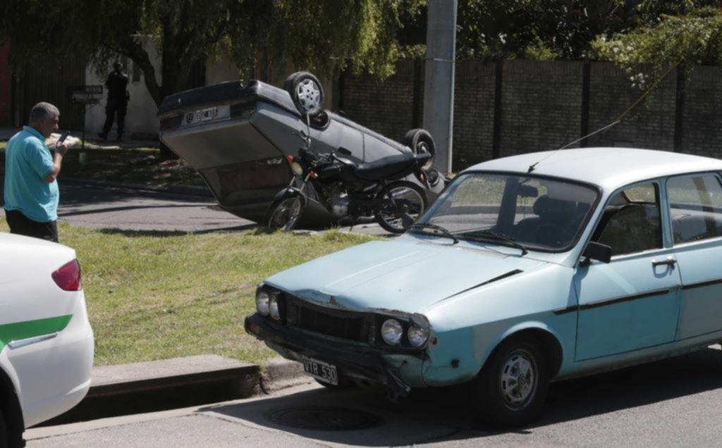 Chocaron dos Renault 12 en Villa Elvira y volcó