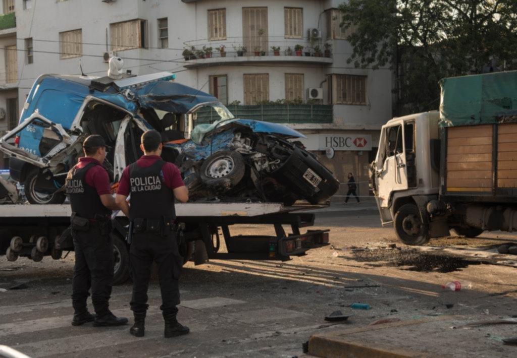 Dos policías murieron al chocar con un camión de diarios — Persecución letal