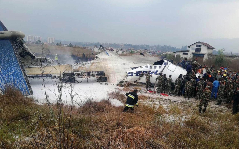 Aterrizó y terminó estrellándose: al menos 40 muertos