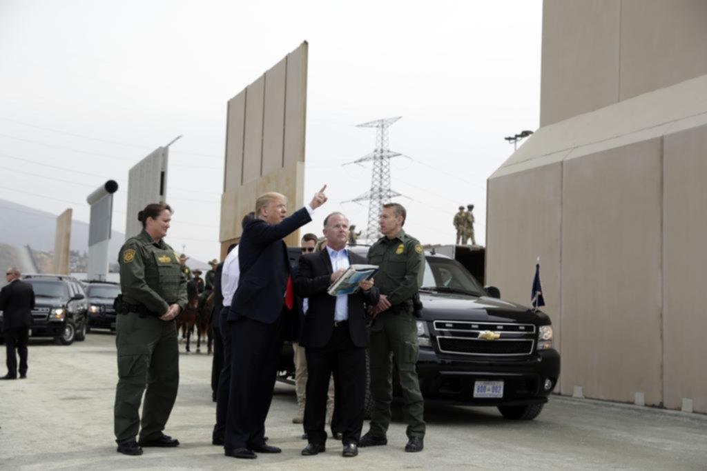 Visita a California para ver modelos del muro a construir en la frontera con México