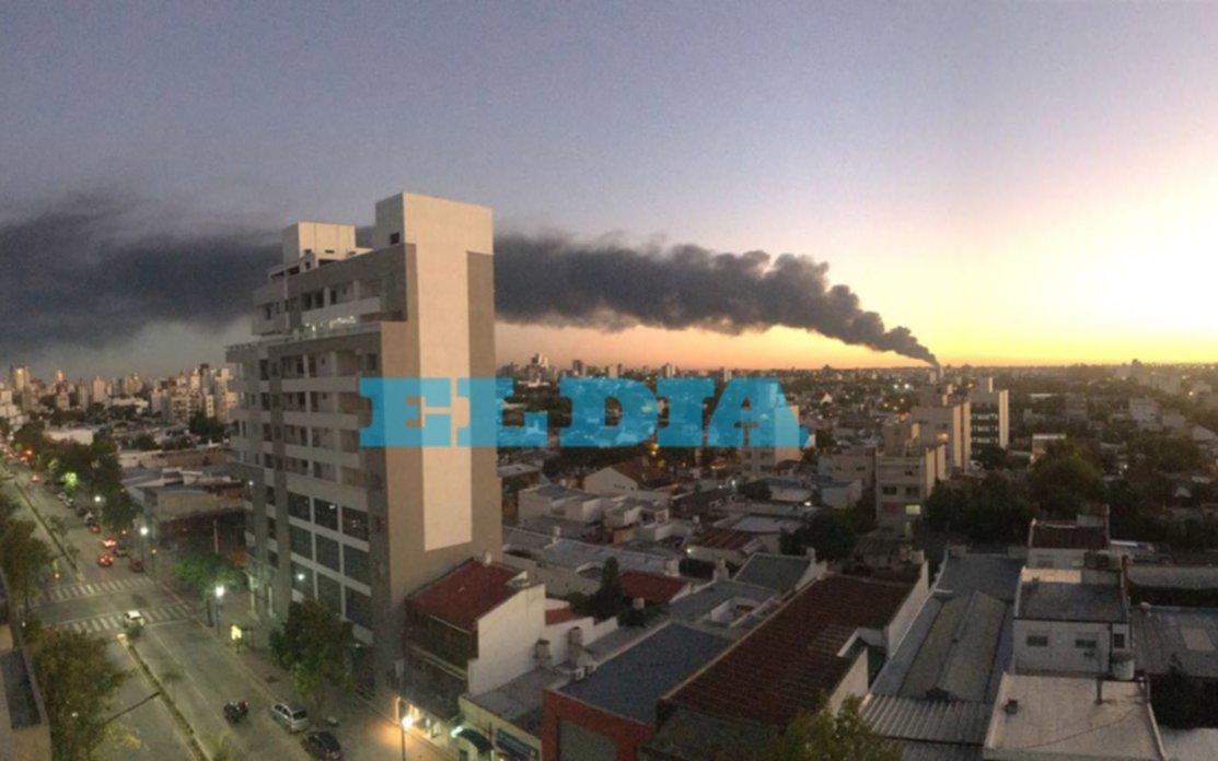 Impactante incendio en una planta fabril de Lisandro Olmos — La Plata