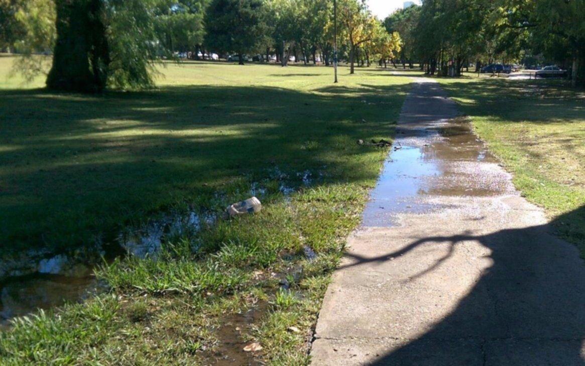 Parque San Martín: queja por una pérdida  de agua a metros de la usina de ABSA