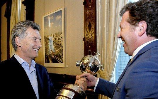 Presidente de Argentina recibe la máxima condecoración de la Conmebol