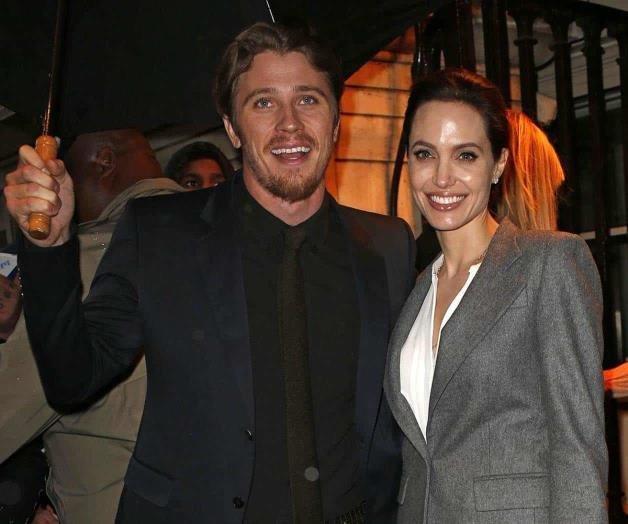 Angelina Jolie sostiene romance con la versión joven de Brad Pitt (FOTOS)