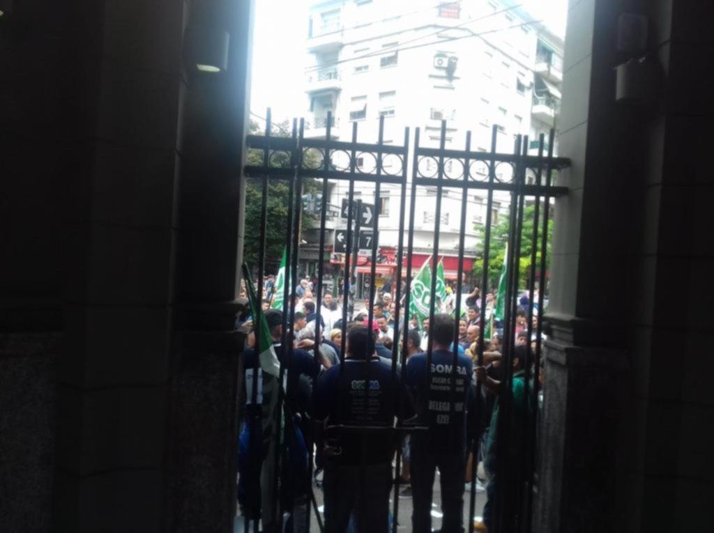 Ruidosa protesta frente al edificio de ARBA