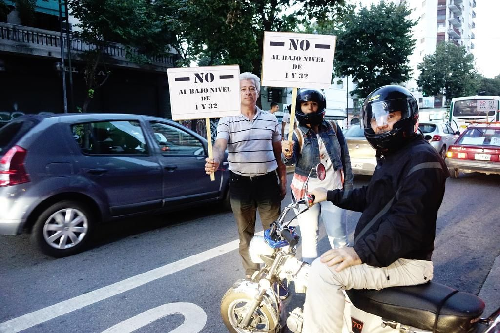 Ruidosa protesta contra el paso bajo nivel de 1 y 32