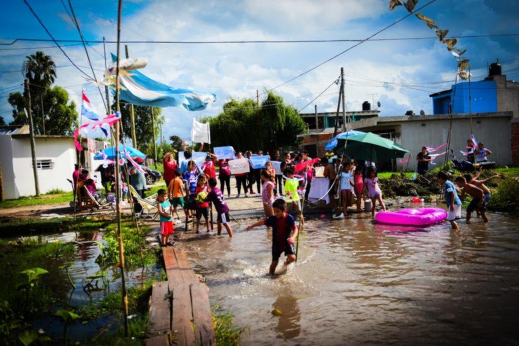 """Sombrillas, inflables y cañas de pescar: a una calle intransitable la convirtieron en """"balneario"""""""