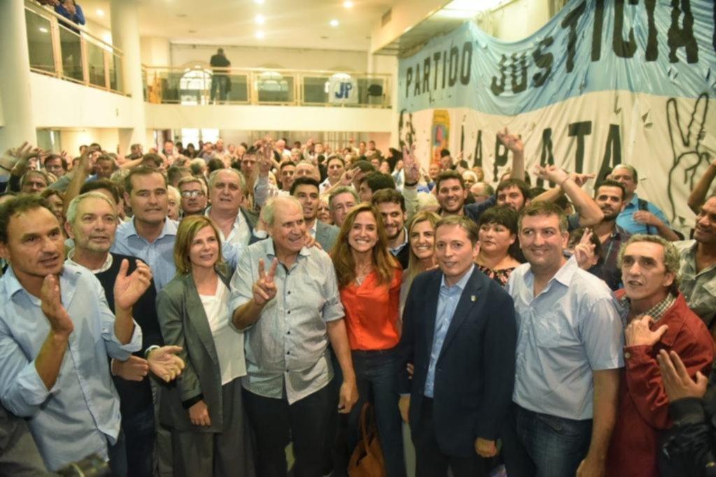 Foto de unidad y reencuentro de viejos adversarios platenses