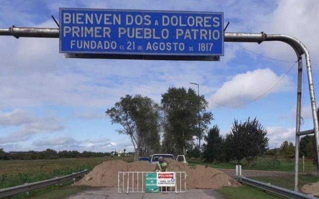 Dolores: cerraron los accesos con montañas de tierra para aislarse de los turistas que van a la Costa