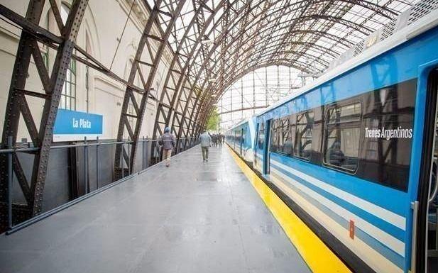 ¿Cómo funcionan en la Ciudad los colectivos y el tren en el inicio de la cuarententa total?