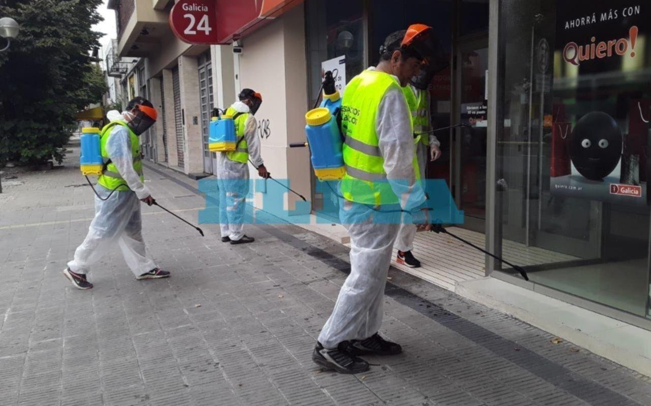 Realizan tareas de desinfección en vías peatonales, cajeros automáticos y paradas de micros