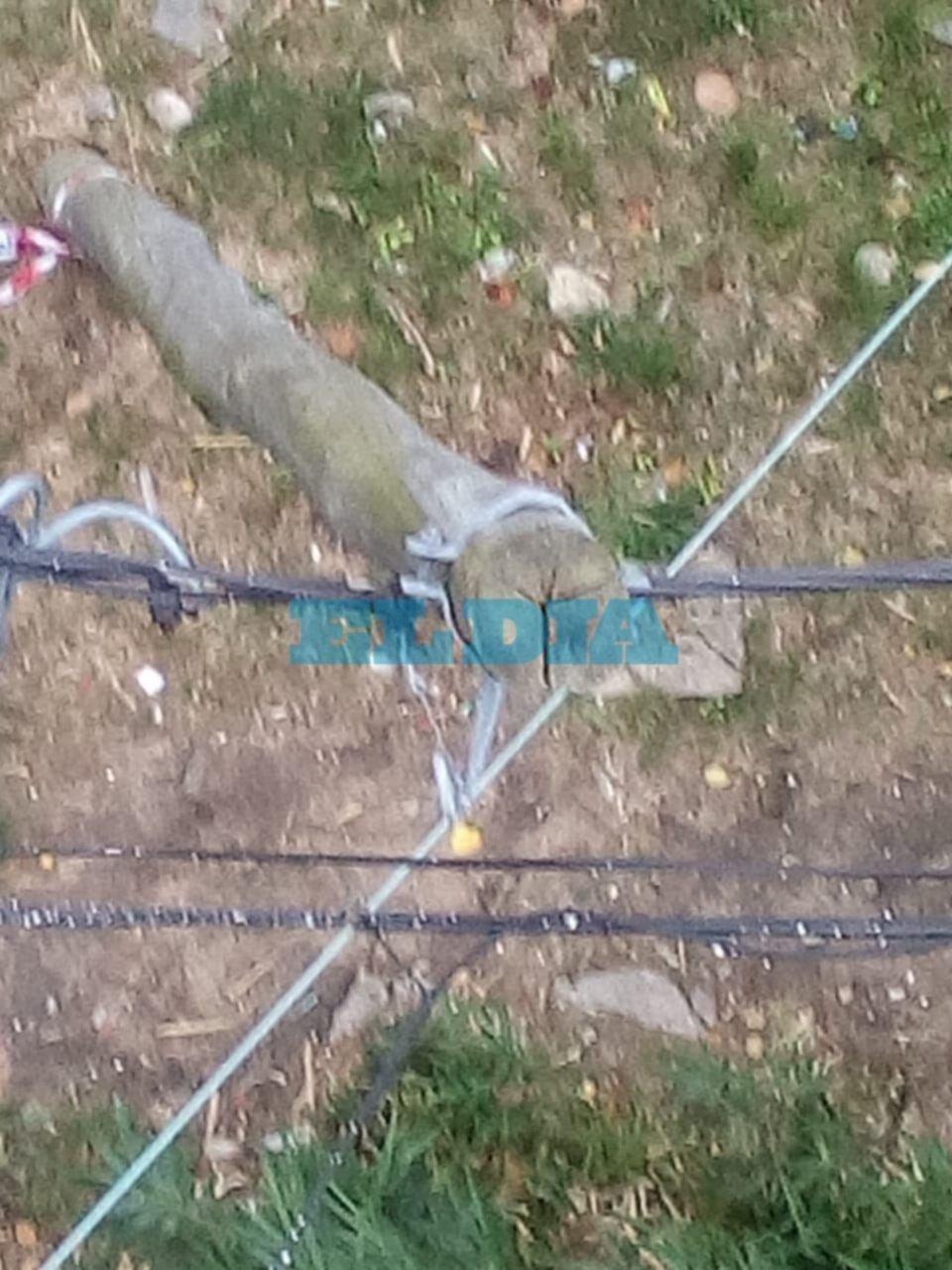 Preocupación en El Mondongo por un poste de luz que está a punto de venirse a pique