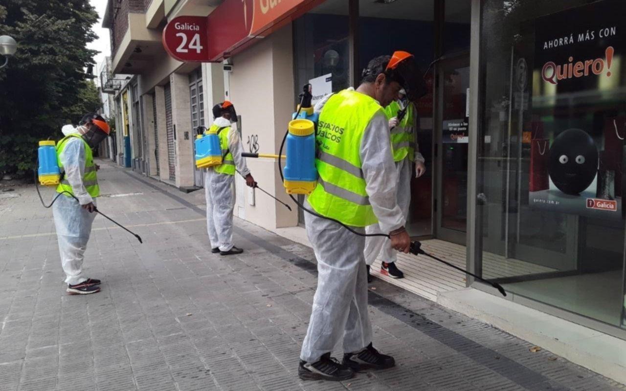 Desinfectan vías peatonales, cajeros y paradas de colectivos