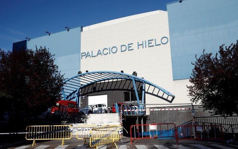 Madrid convirtió en morgue una pista de patinaje sobre hielo y acondiciona más edificios para almacenar cadáveres