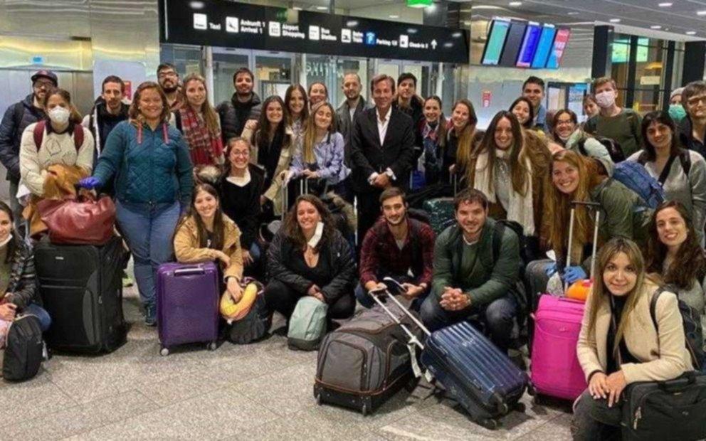 Dos platenses, entre los más de 90 médicos y enfermeros argentinos que regresaron al país para enfrentar al coronavirus