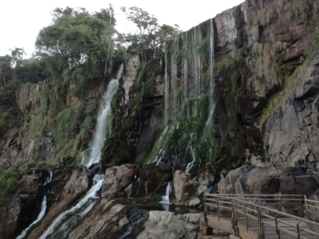 Impactante postal de las Cataratas del Iguazú: su caudal marcó una bajante histórica