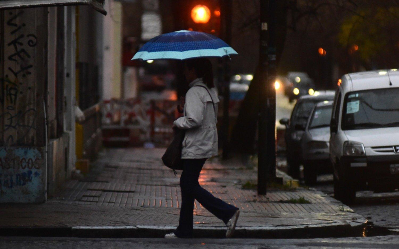 Llegó la lluvia, bajó la temperatura y se respira fresco en la Ciudad
