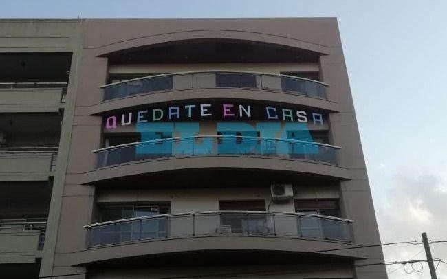"""""""Quedate en casa"""": el ingenioso mensaje que apareció en un edificio platense"""
