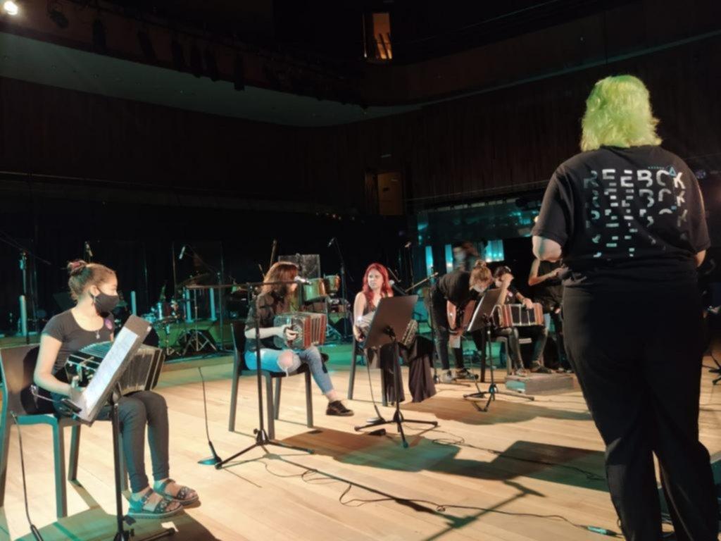 Dos alumnas de la Orquesta Escuela de Berisso se suben a la Ballena Azul