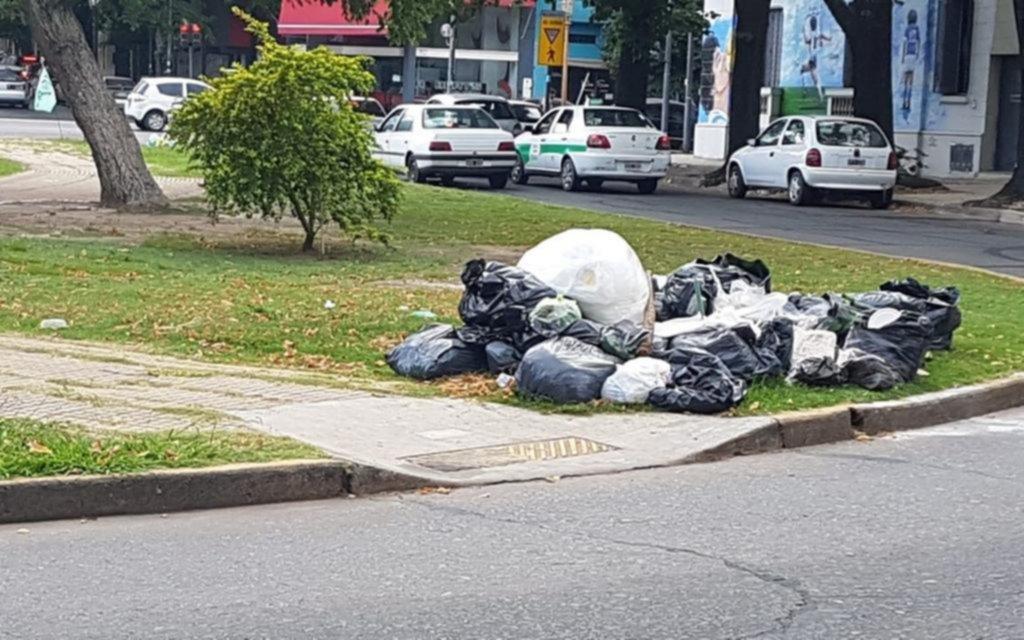 Plaza Olazábal pide auxilio: basura y bancos rotos