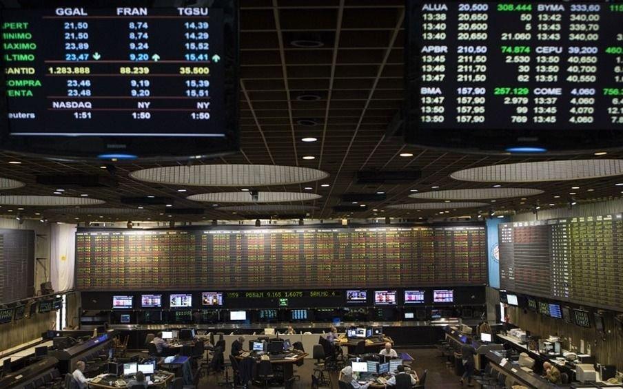 El dólar blue se mantiene en 143 pesos y la Bolsa porteña avanza casi 1%