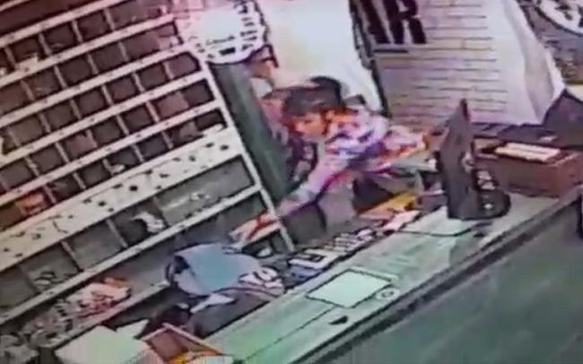 Una mujer policía que tenía arresto domiciliario le puso la tobillera al perro y salió a robar