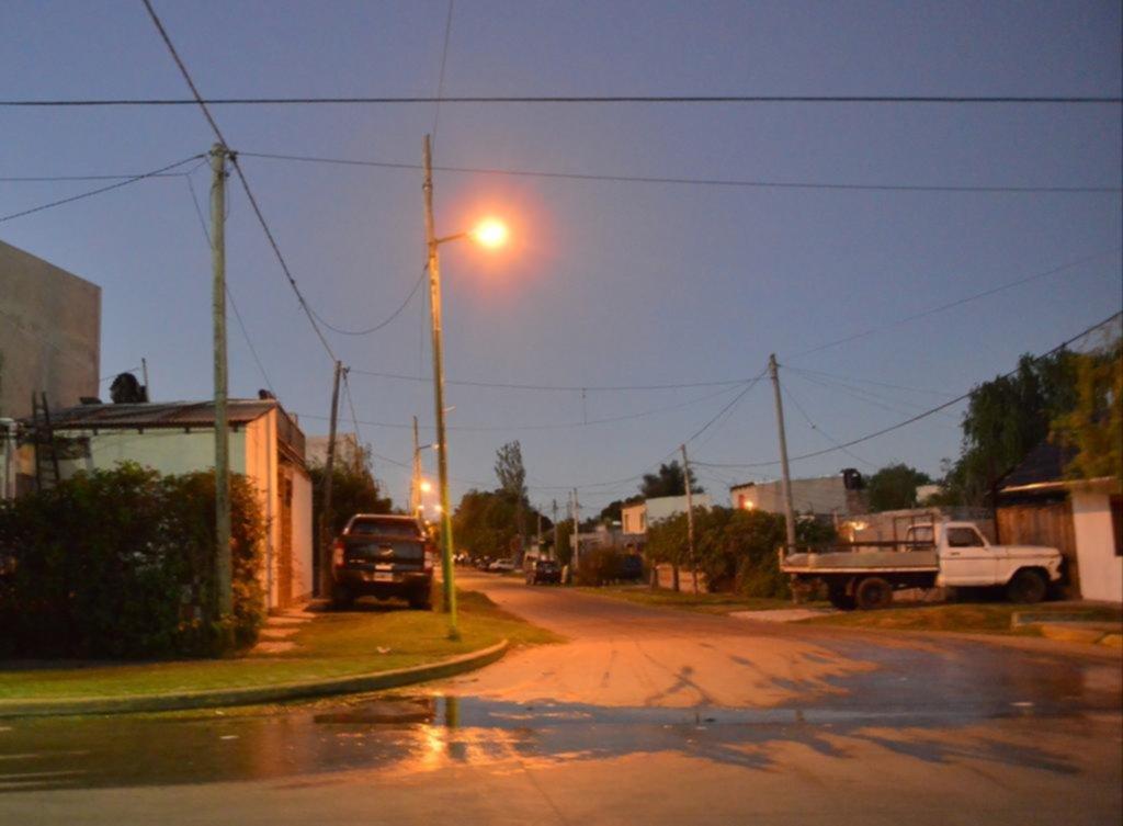 Otra madrugada salvaje en el barrio Altos de San Lorenzo terminó con dos baleados