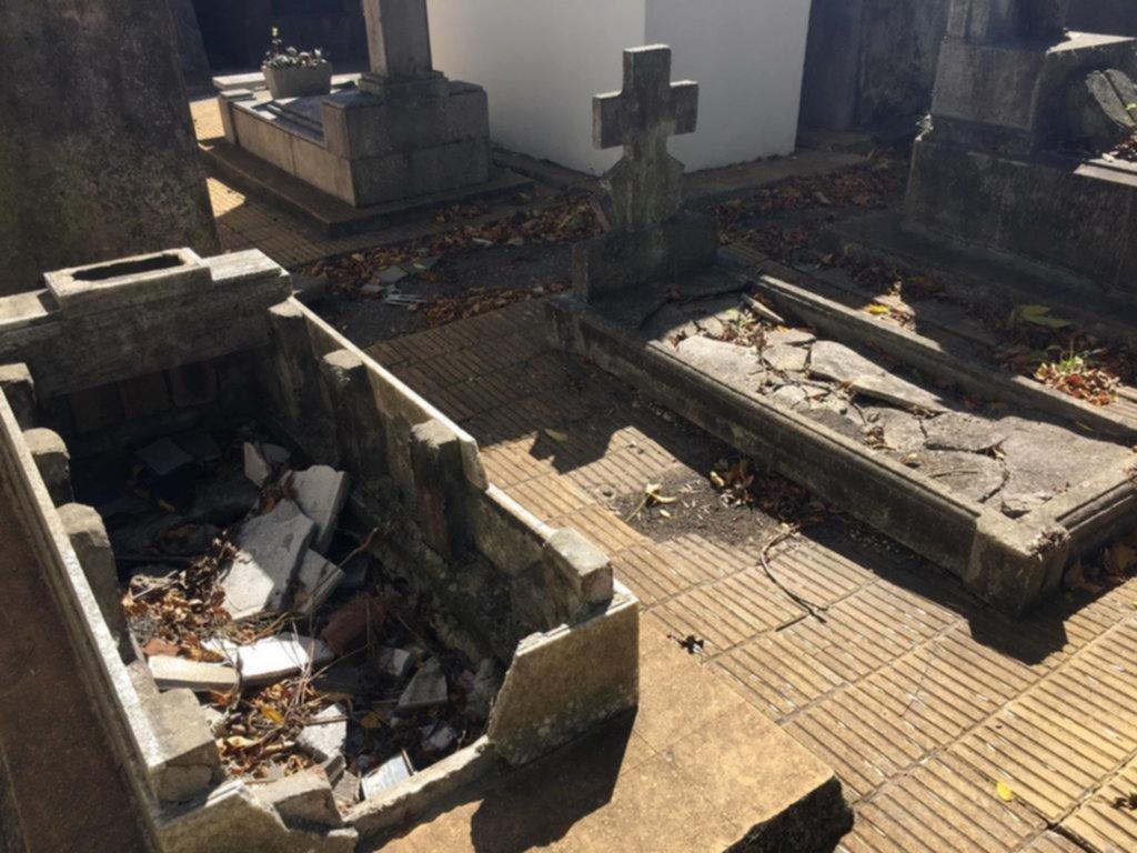 Desolación, basura y destrucción en buena parte del Cementerio local