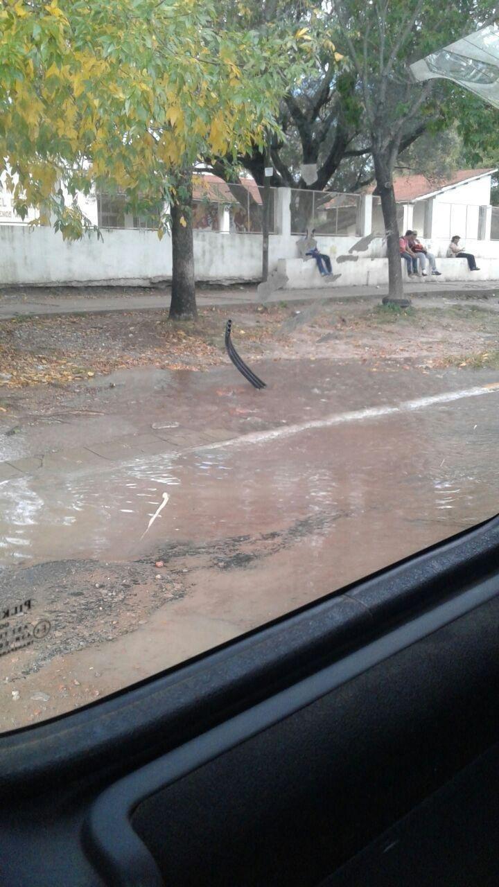 Centenario y 511, inundado por una cañería rota