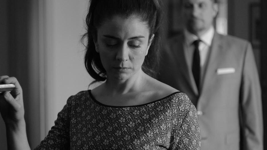 """""""La luz incidente"""": los sutiles y ensordecedores silencios de una viuda en crisis"""