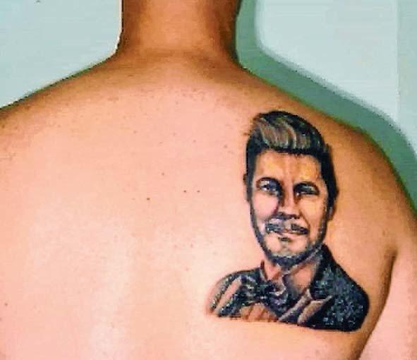 Lo lleva en la piel: un fan se tatuó a Tinelli en la espalda