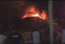 VIDEO. Un bombero herido y una casa destruida por incendio en Berisso