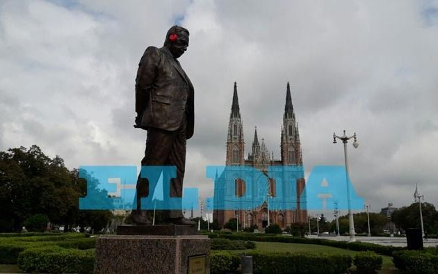 La estatua de Alfonsín con protector auditivo por la contaminación sonora en la Ciudad