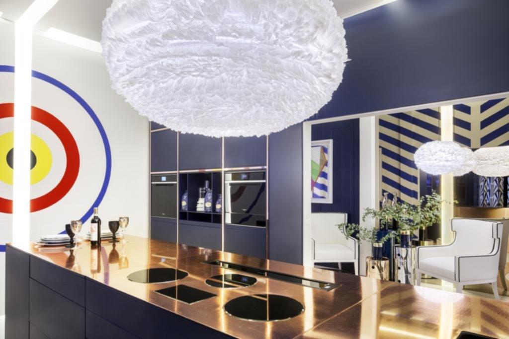 Día y noche en cocina azul