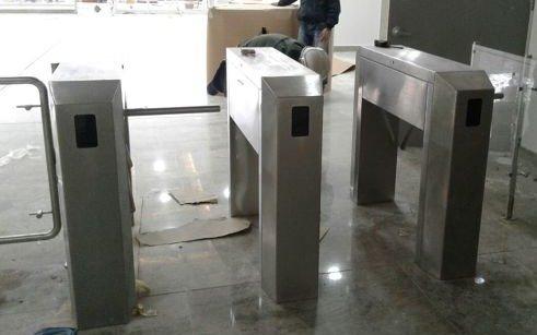 Polémica en la sede central del IPS por la instalación de molinetes