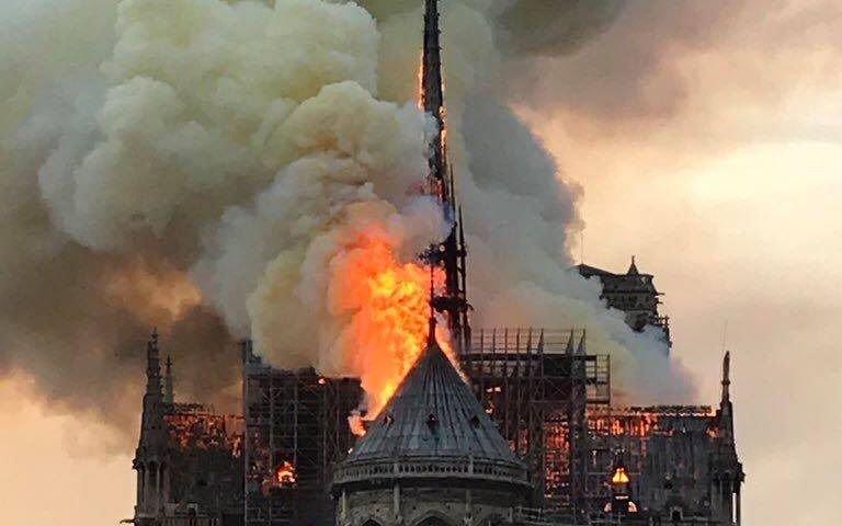 VIDEO.- El momento de caída de la emblemática aguja de Notre Dame