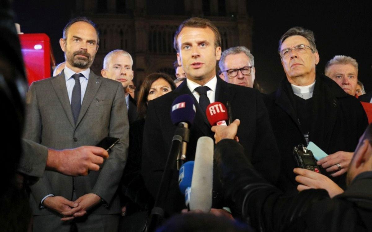 Aún conmocionado, Macron anunció que van a reconstruir la catedral