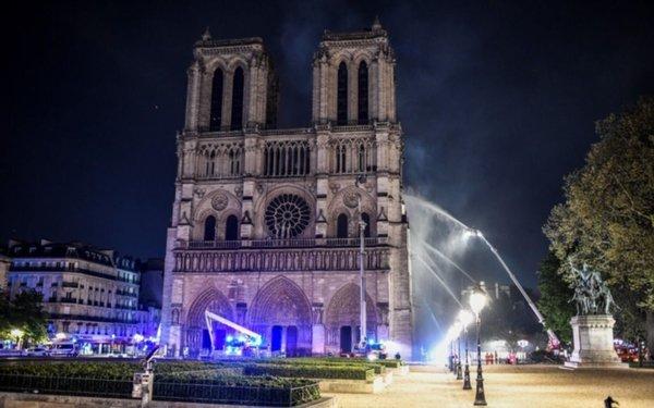 EN VIVO.- Incendio en Notre Dame: tras seis horas controlan el fuego y Macron promete la reconstrucción