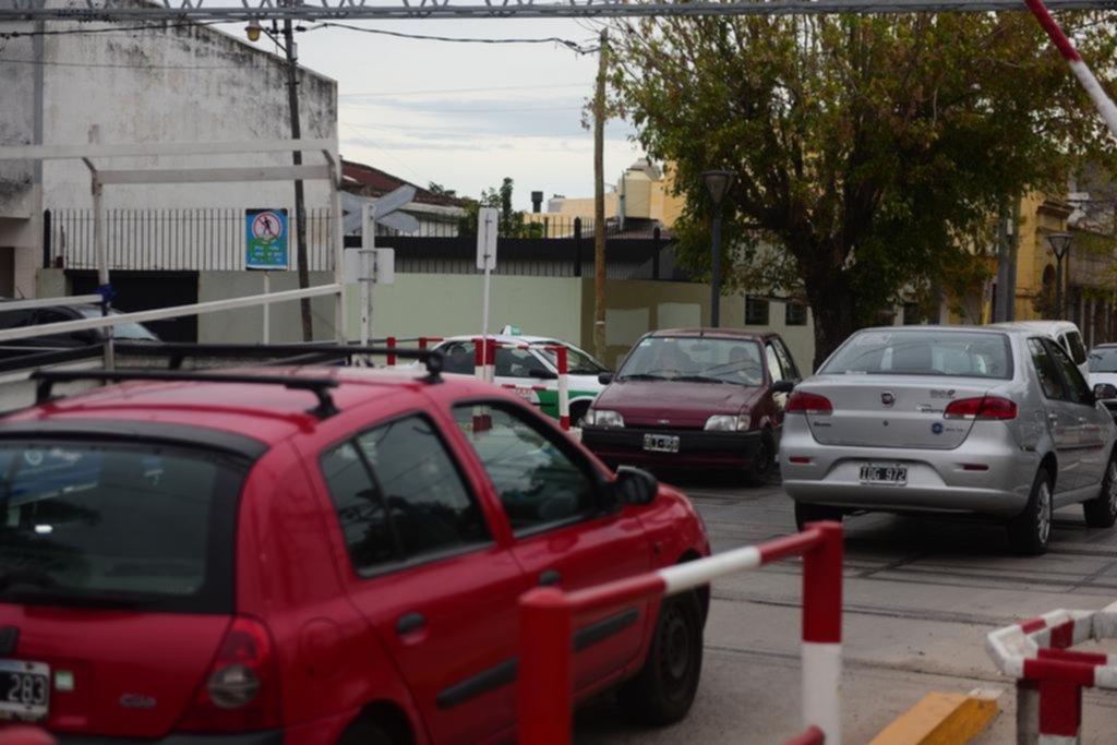Piden urgentes medidas ante el caos vehicular en el paso ferroviario de 1 y 528