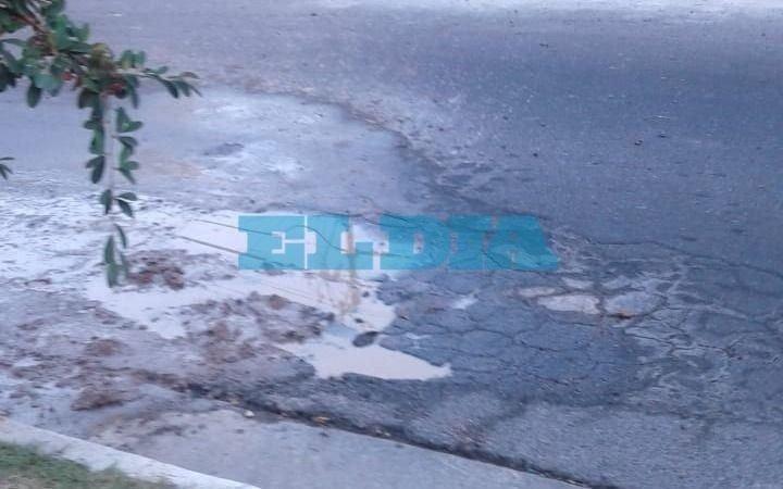 Bache y pérdida de agua en calle de Tolosa