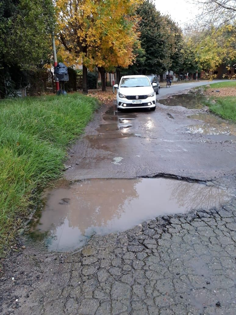 Intransitable: gran bache y pérdida de agua en torno a la plaza Mitre en City Bell