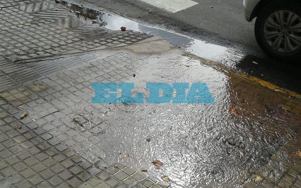 Gran pérdida de agua en la esquina de 53 y 2