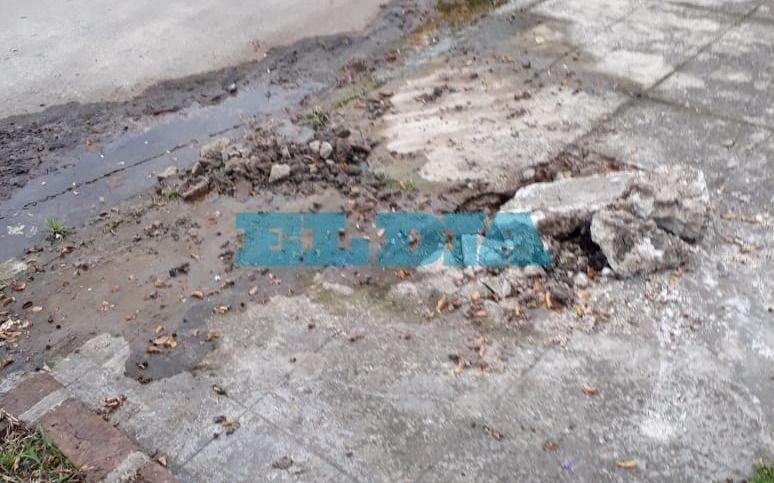 Caño roto y pérdida de agua en 10 entre 162 y 163