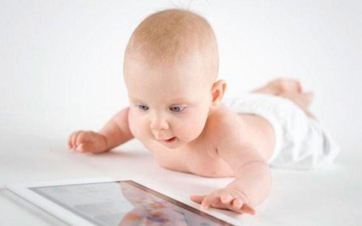 Advierten que los bebés no deben ver pantallas de TV o del teléfono