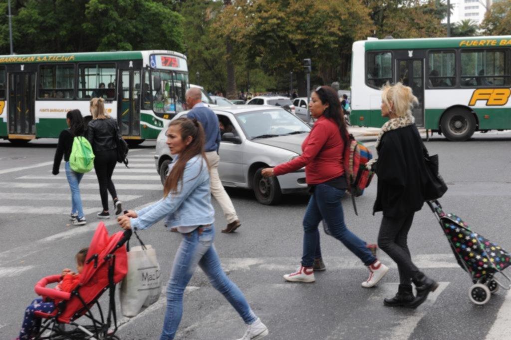Para los peatones, cruzar la avenida 7 en las esquinas de 50 y 51 es todo un reto
