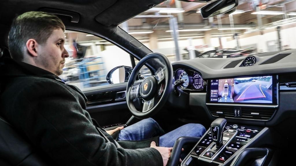 Ver para creer: cuando el auto entra en el taller la conducción queda a cargo de un robot