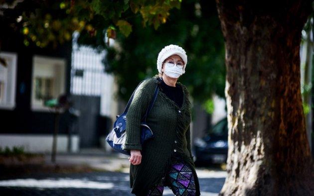 Un informe asegura que el coronavirus podría contagiarse al hablar o respirar