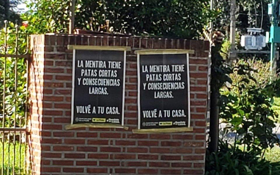 Vecinos de Villa Elisa protestan por pegatina de carteles municipales sobre las casas