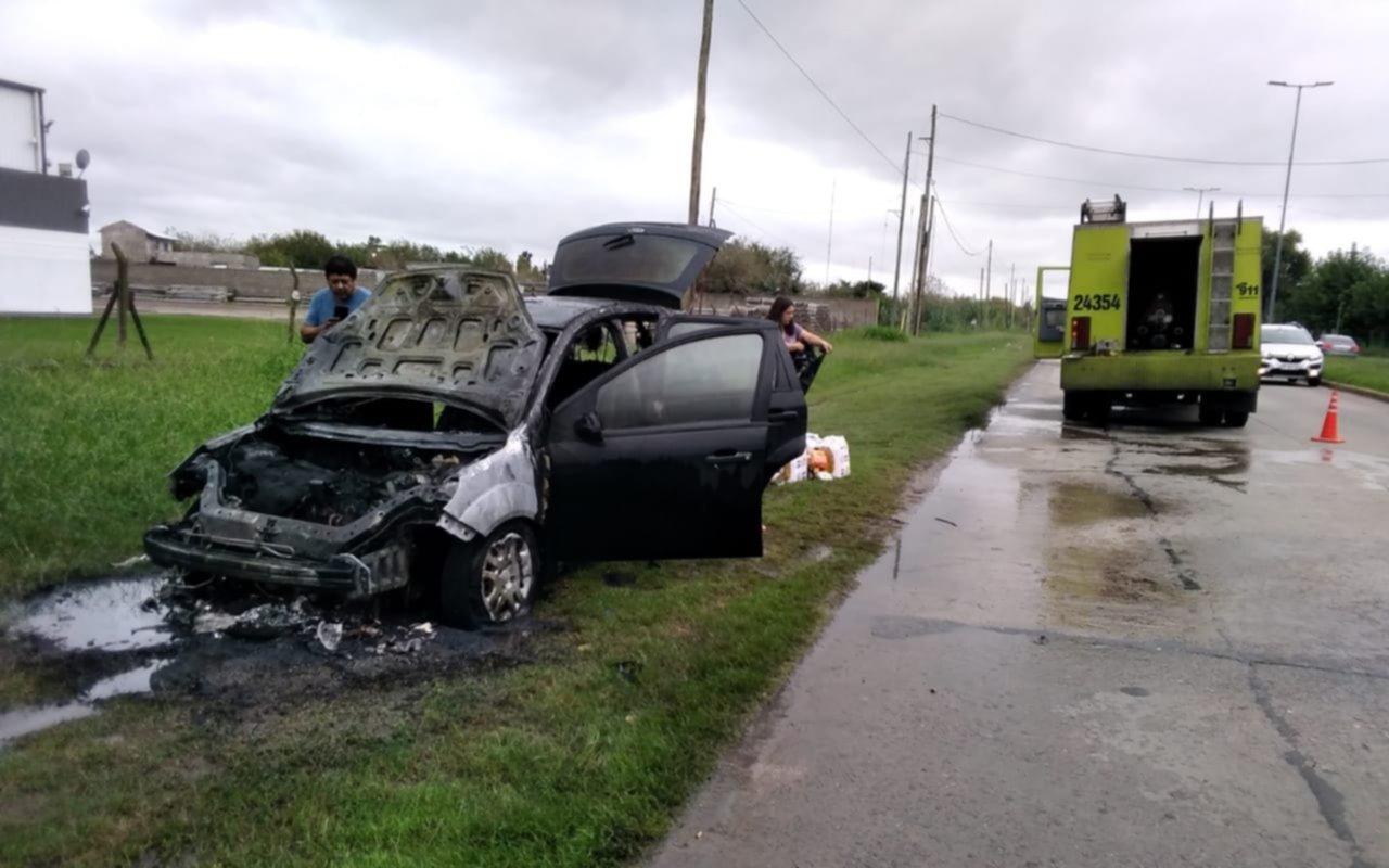 Susto para una familia en 135 y 520: veníade hacer las compras y se leprendió fuego el auto